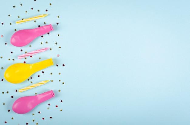 Composizione colorata negli aerostati dei coriandoli e sulla decorazione blu del fondo, del partito e di celebrazione. Foto Premium