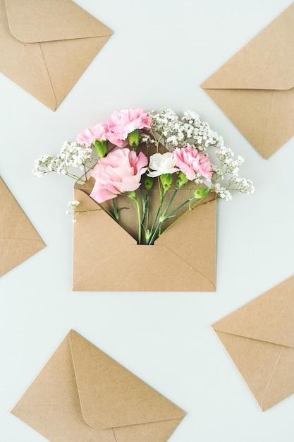 Composizione con bellissimi fiori e buste Foto Gratuite