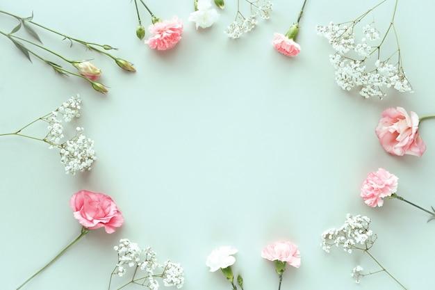 Composizione con bellissimi fiori Foto Gratuite