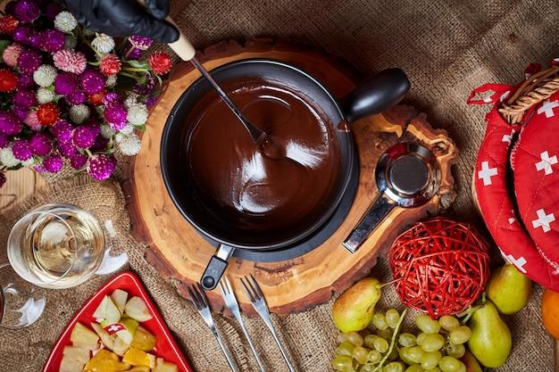 Composizione con fonduta di cioccolato in vaso e spazio per il testo su sfondo di marmo Foto Premium