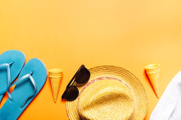 Composizione con oggetti da spiaggia su sfondo multicolore Foto Gratuite