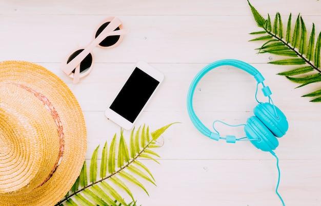 Composizione con oggetti estivi su sfondo chiaro Foto Gratuite