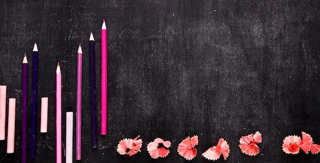 Composizione con set di scuola per disegnare sulla scrivania Foto Gratuite