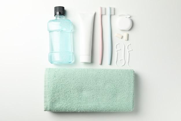 Composizione con strumenti per cure odontoiatriche su superficie bianca Foto Premium