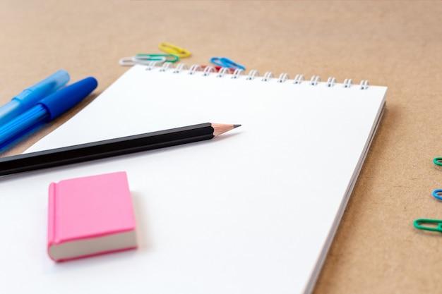 Composizione con taccuino pagina vuota matita colorata, pennarello e penna Foto Premium