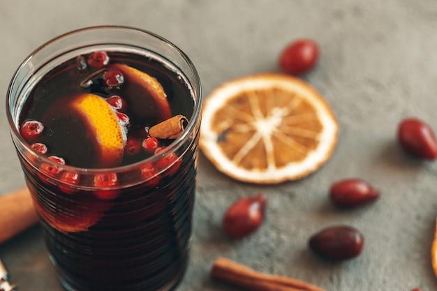 Composizione con vetro di vino di luccichio sulla fine della tavola su Foto Premium