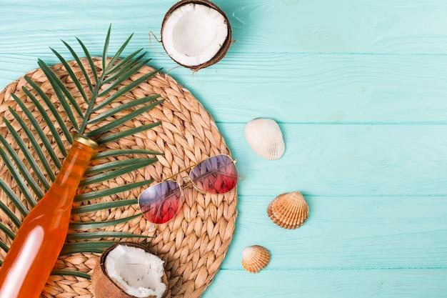 Composizione creativa del tempo libero spiaggia tropicale Foto Gratuite