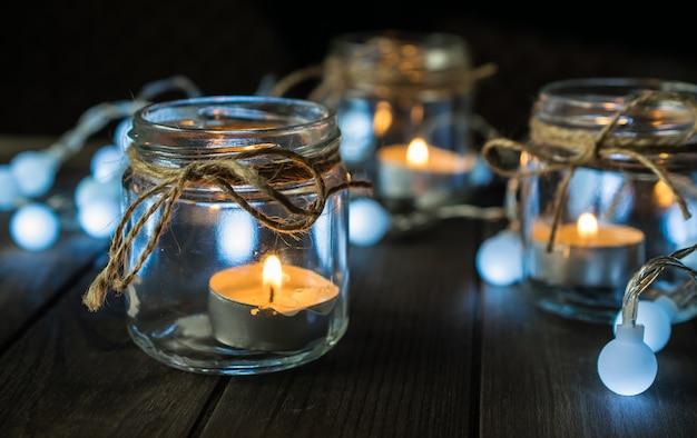 Composizione decorativa con candele e luci in vaso Foto Premium