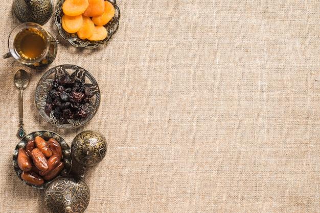 Composizione degli alimenti per il ramadan con spazio a destra Foto Gratuite