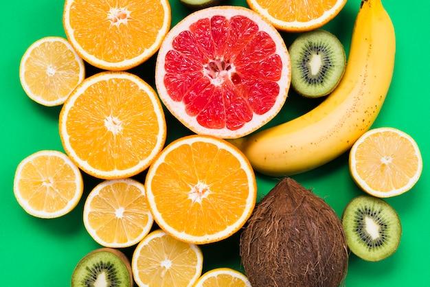 Composizione dei frutti tropicali colorati a fette Foto Gratuite