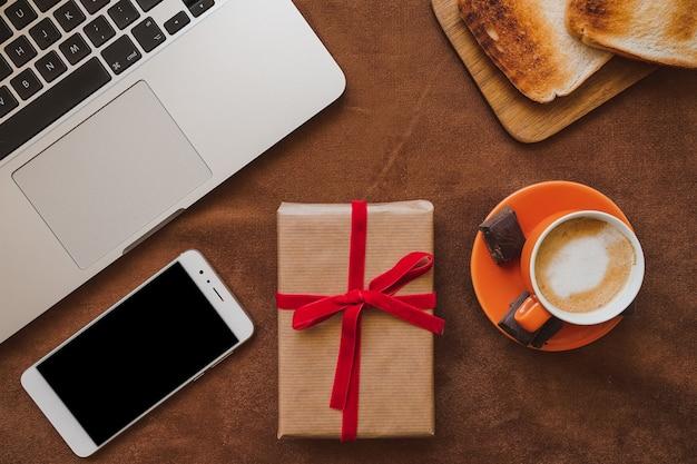 Composizione del giorno del padre con regalo e cellulare for Pc in regalo gratis