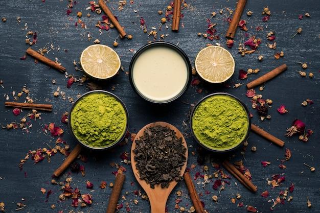 Composizione del matcha del tè dell'asia accanto ai bastoni di cannella Foto Gratuite