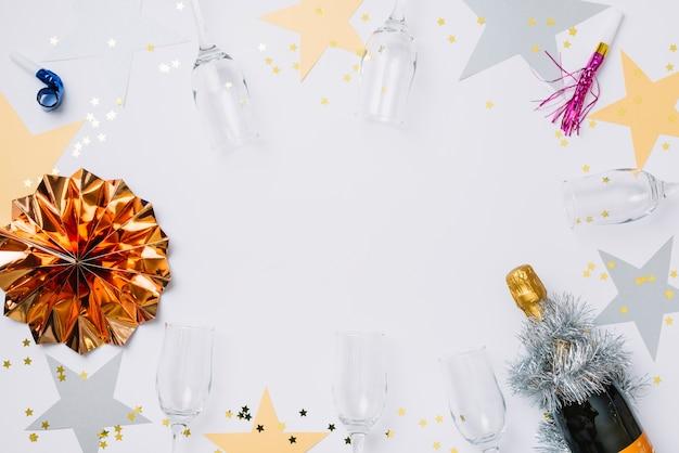Composizione del nuovo anno di occhiali con stelle di carta Foto Gratuite