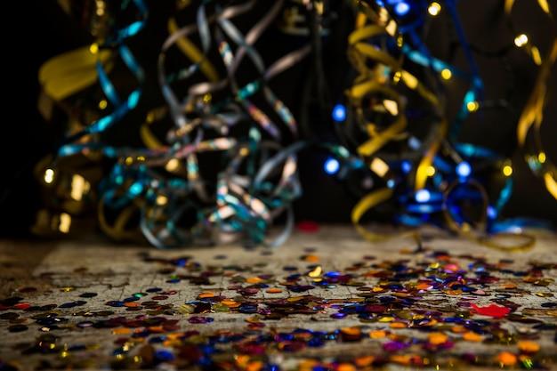 Composizione del partito colorato con coriandoli Foto Gratuite
