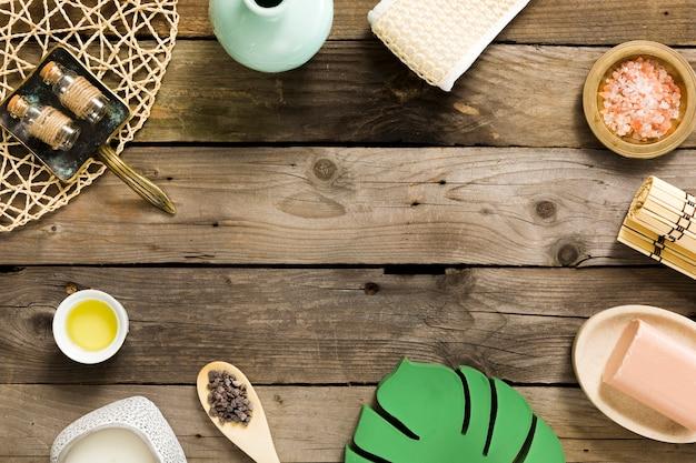 Composizione del trattamento termale sul tavolo di legno Foto Gratuite