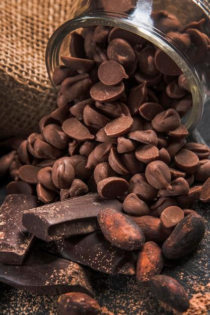 Composizione deliziosa nel cioccolato dell'angolo alto sul primo piano scuro del panno Foto Gratuite