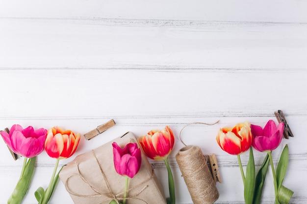 Composizione della festa della mamma. regali e tulipani rosa con lo spazio della copia. Foto Premium