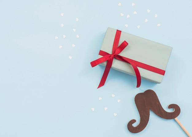 Composizione della scatola regalo e bastone baffi Foto Gratuite