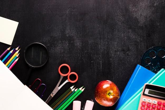Composizione della scuola con elementi decorativi sulla scrivania Foto Gratuite
