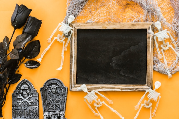 Composizione Di Ardesia Di Halloween Con Rose Nere Scaricare Foto