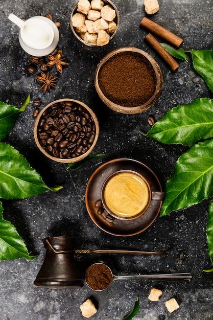 Composizione di caffè in scuro rustico Foto Premium