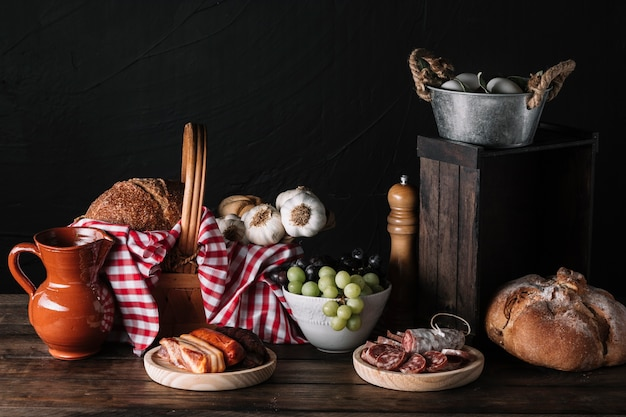 Composizione di cibo gustoso assortito Foto Gratuite