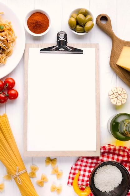 Composizione di cibo italiano piatto laici con il modello di appunti Foto Gratuite