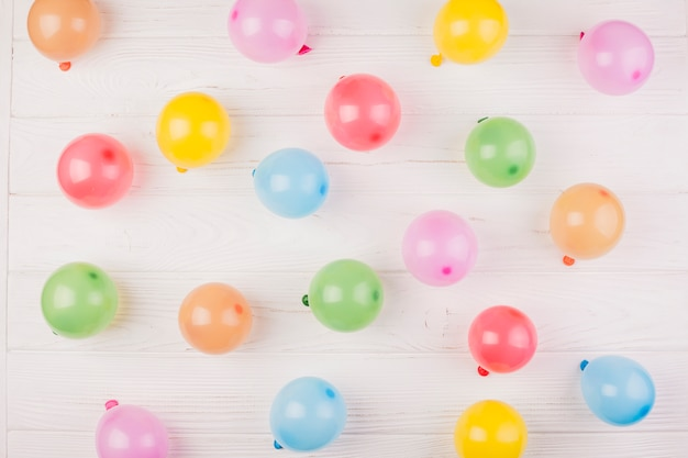 Composizione di compleanno piatta laici con palloncini Foto Gratuite