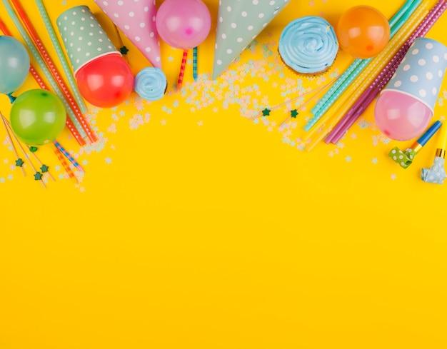 Composizione di compleanno piatto laico con copyspace Foto Gratuite