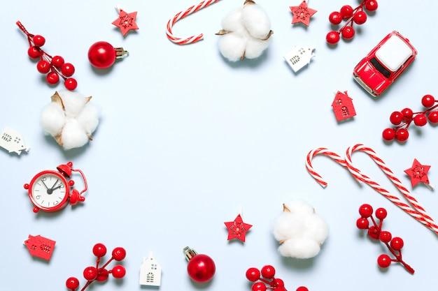 Composizione di cornice di natale e capodanno con decorazioni festive Foto Premium