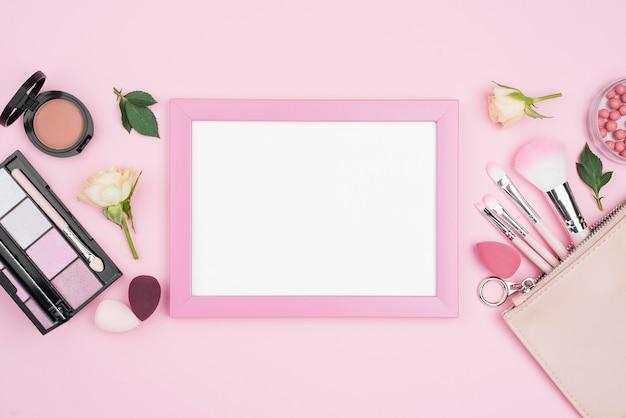 Composizione di diversi prodotti di bellezza con cornice vuota Foto Gratuite