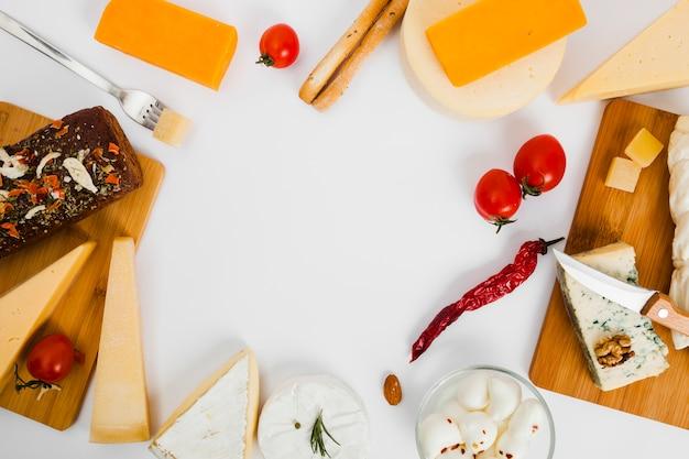 Composizione di diversi tipi di formaggio Foto Gratuite