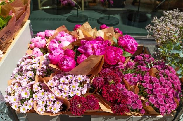 Composizione di fiori. bellissimi fiori colorati nel negozio di fiori Foto Premium