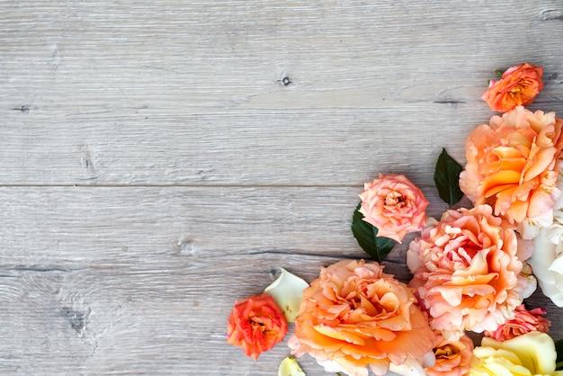 Composizione di fiori su fondo in legno. giorno di san valentino sfondo Foto Premium