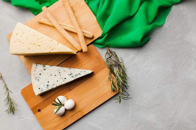 Composizione di formaggio piatto laico con copyspace Foto Gratuite