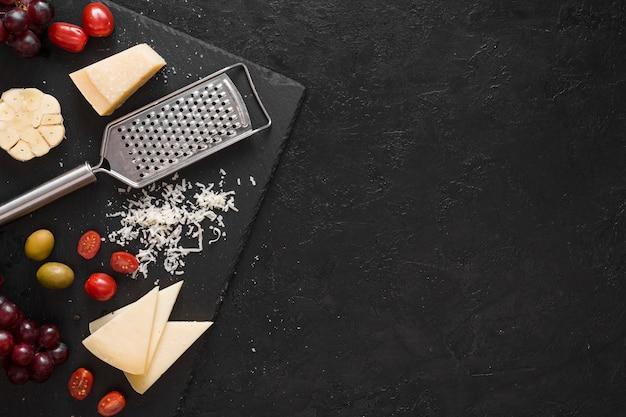 Composizione di formaggio vista dall'alto con spazio di copia Foto Gratuite