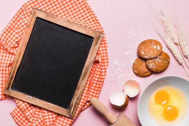 Composizione di forno piatto laici con modello ardesia Foto Gratuite