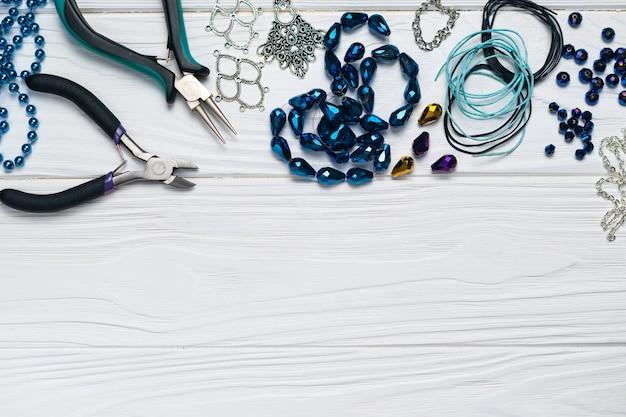 Composizione di gioielli fatti a mano di risultati di gioielli con abbellimenti di perline di pinze Foto Premium