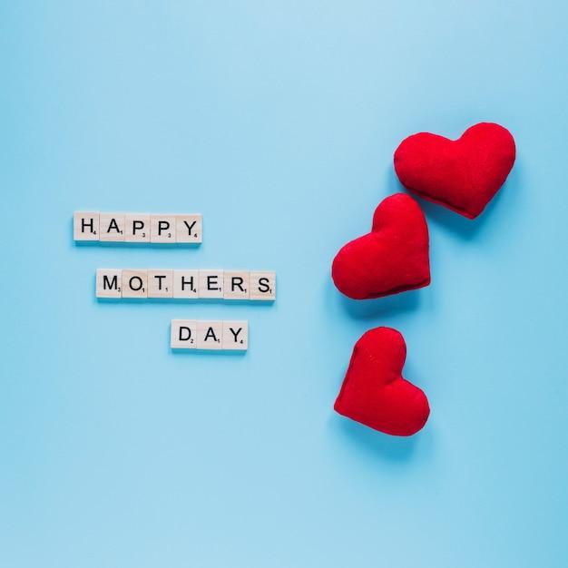 Composizione di giorno di madri con tre cuori Foto Gratuite