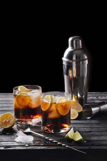 Composizione di messa a fuoco selettiva con cocktail di rum e cola servito Foto Premium