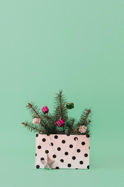 Composizione di natale con rami di un albero sempreverde Foto Premium
