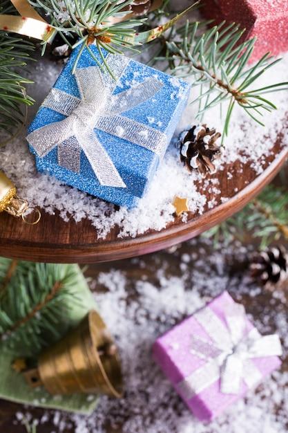 Composizione di natale con regali e decorazioni Foto Premium