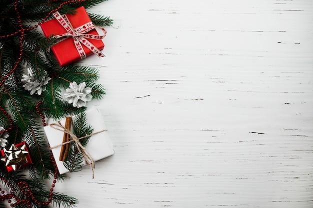 Composizione di natale di piccoli contenitori di regalo sul tavolo Foto Gratuite