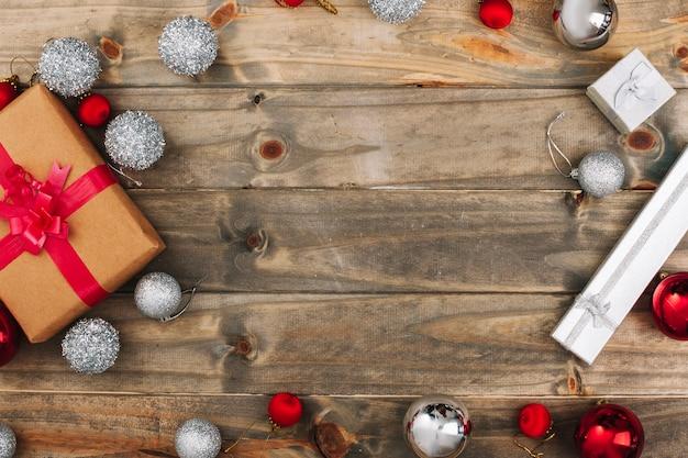 Composizione di natale di scatole regalo con palline Foto Gratuite
