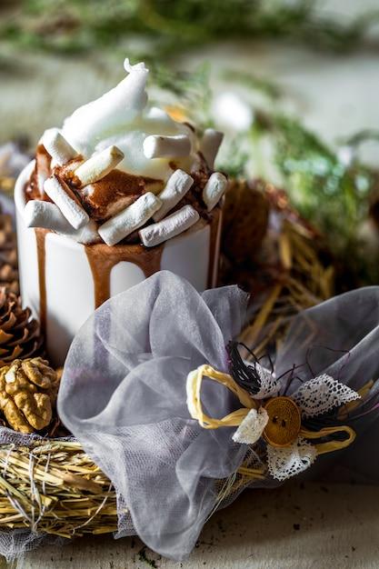 Composizione di natale tazza di cacao con marshmallow, su legno Foto Gratuite