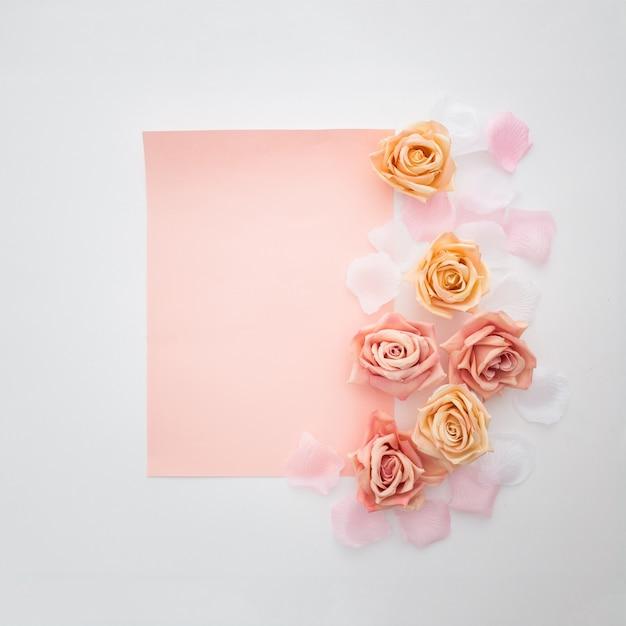 Composizione di nozze con una carta vuota Foto Gratuite