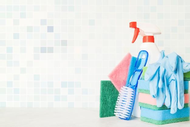 Composizione di oggetti per la pulizia con copyspace Foto Gratuite