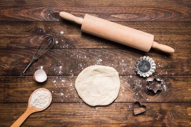 Composizione di panetteria con pasta Foto Gratuite