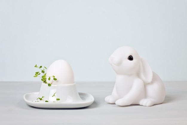 Composizione di pasqua con conigli e uova Foto Premium