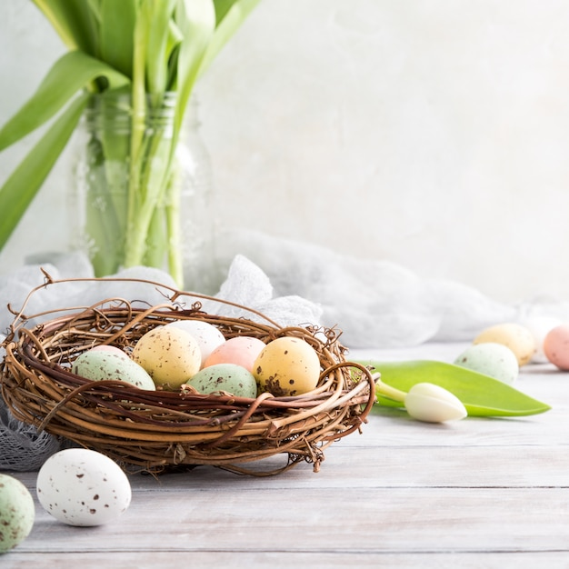 Composizione di pasqua delle uova di quaglia nel nido Foto Premium